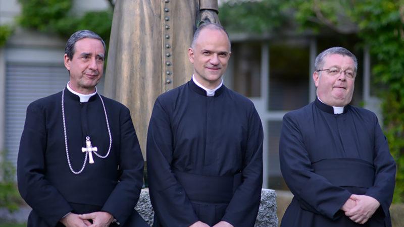 L'abbé Davide Pagliarani, en centre, avec ses assistants, Mgr de Galarreta (à g.) et Christian Bouchacourt | © FSSPX