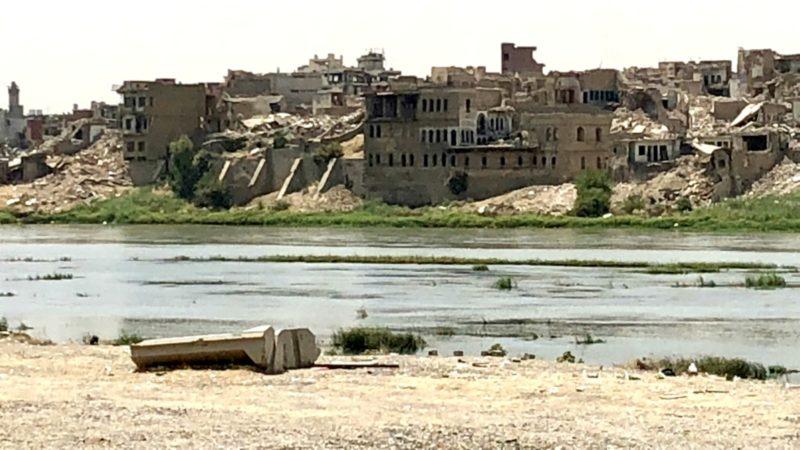 De la rive orientale du Tigre, vue sur la vieille ville de Mossoul écrasée par les bombes | © Roberto Simona