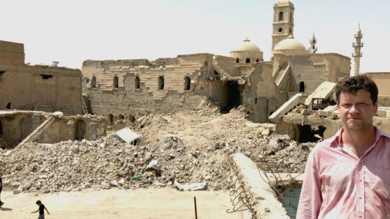 Roberto Simona, devant les ruines de l'église de Notre-Dame de l'Heure, à Mossoul | Photo DR
