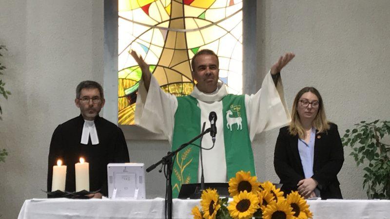 L'abbé Pascal Desthieux, entouré du pasteur Emmanuel Fuchs et d'Aurélie Ethuin-Lanoy, assistante pastorale de l'Eglise catholique chrétienne, prononce l'action de grâces pour les 30 ans de l'AGORA, à Genève  | Myriam Bettens