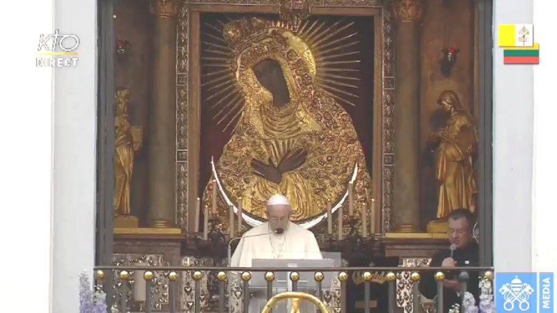 Le pape François prie devant  la Vierge Mère de la miséricorde de Vilnius | capture d'écran Vatican Media
