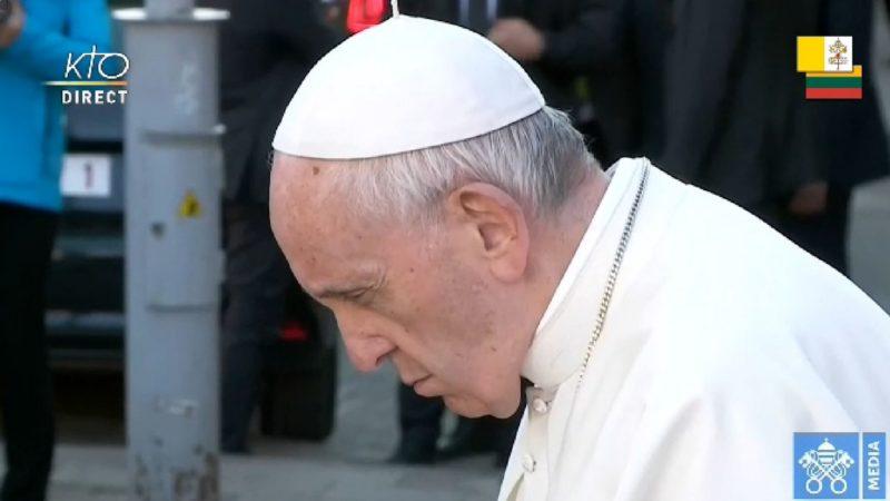 Le pape François se recueille devant la stèle en l'honneur des victimes du ghetto de Vilnius | capture d'écran Vatican media
