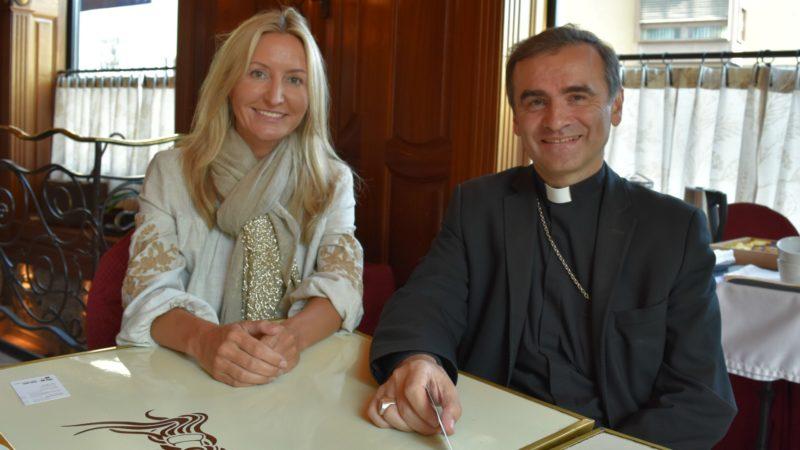 Mgr Philippe Jourdan, administrateur apostolique de l'Estonie, avec Kristina Uibopuu, de la mission permanente de l'Estonie à Genève | © Jacques Berset