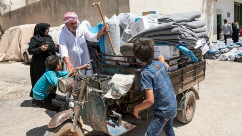Une famille de déplacés  en Syrie aidée par le HCR à retourner dans sa maison pillée dans la campagne alépine  © UNHCR/Antwan Chnkdji