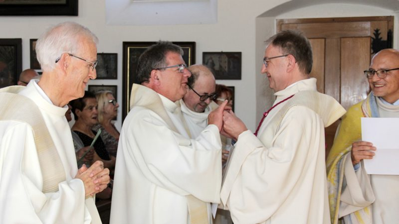 L'abbé Bernard Miserez (centre g.) a été accueilli avec le sourire au Vorbourg | © SCJP
