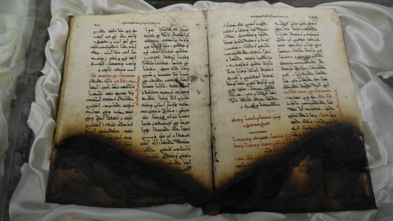 Dams les églises de la Plaine de Ninive, les livres liturgiques ont été systématiquement détruits par le feu | © Jacques Berset