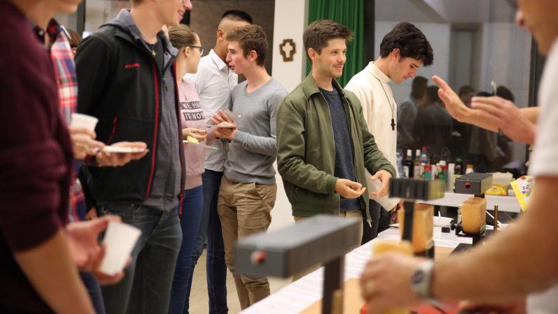 Raclette à la soirée jeunes à Martigny en lien avec le synode des jeunes. | © B. Hallet