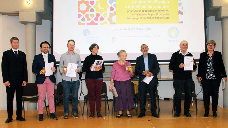 Remise du prix au groupe Amitié en Humanité (g. à d.): M. Tanner, M. Zejnullahu, H. Farine, M. Kuenzli, D. Olgiati, M. Filali, A. Müller, et P. Grossholz-Fahrni | © SCJP