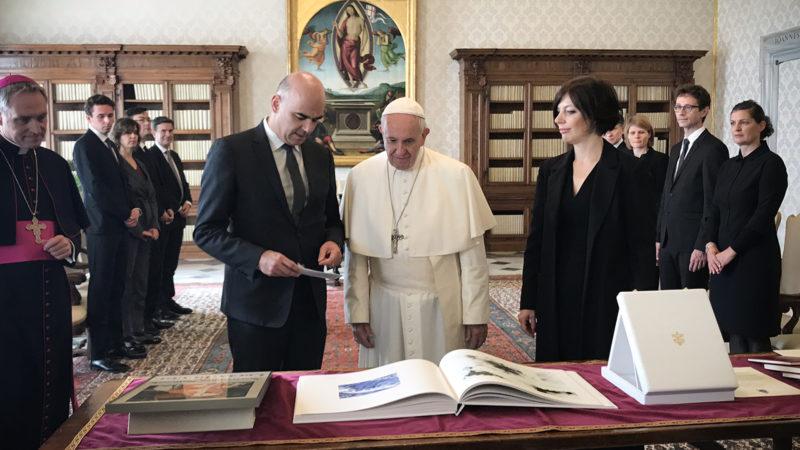 Echange de cadeaux entre le pape et le président Berset |© I.MEDIA/Pool AIGAV