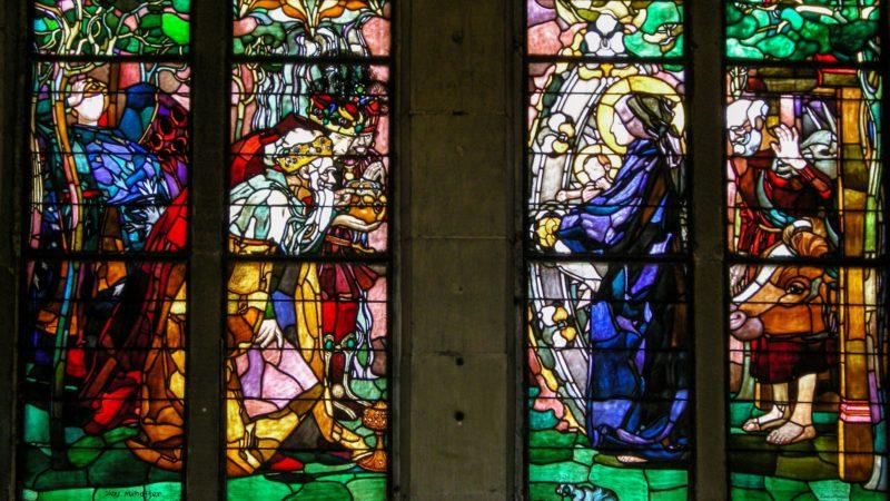'Le Verbe était la vraie lumière qui éclaire tout homme en venant dans le monde' vitrail de la cathédrale St-Nicolas de Fribourg | © Maurice Page