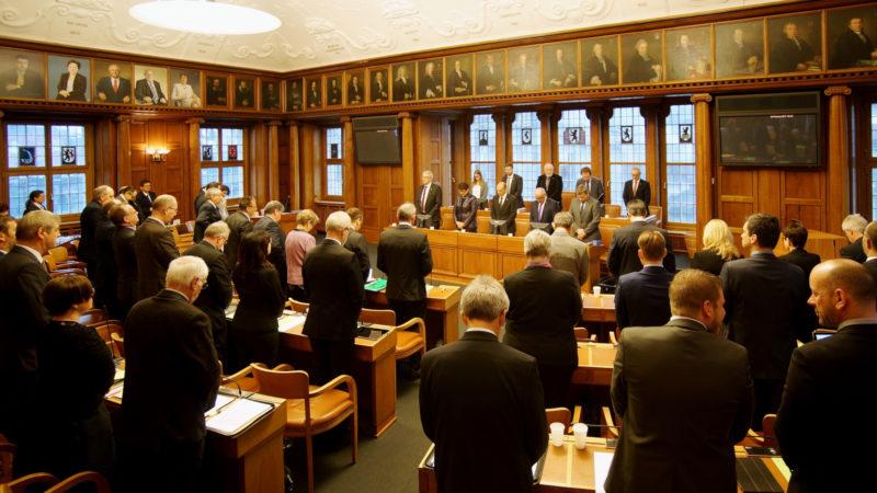 Le Parlement d'Appenzell Rhodes-Exterieures se recueillent au début de la séance.|Canton AR