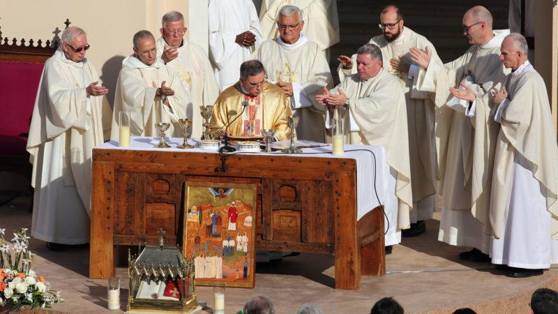 Mgr Becciu a présidé la célébration. L'autel est un coffre en bois kabile qui fut l'autel des moines de Tibhirine. | © B. Hallet