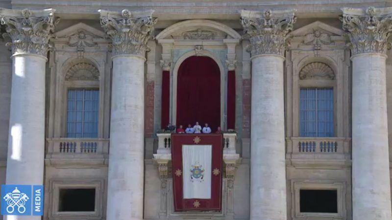 Le pape François s'adresse à la foule de la loggia de la basilique Saint-Pierre   capture d'écran Vatican Media