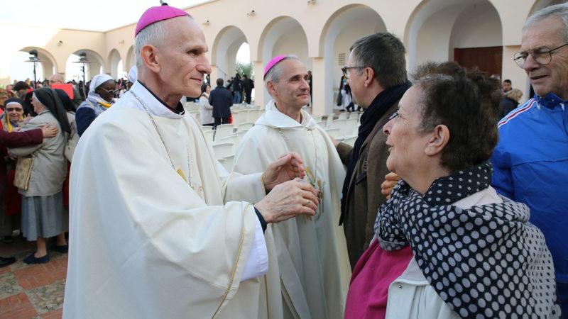 Mgr Paul Desfarges et Mgr Jean-Paul Vesco saluent les fidèles à l'issue de la messe. | © B. Hallet