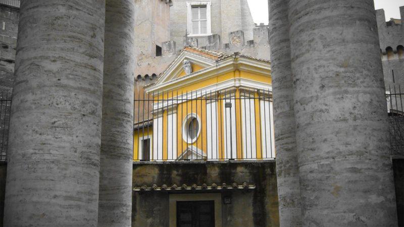 Cette petite église jaune se trouve juste à côté du Palais apostolique | DR