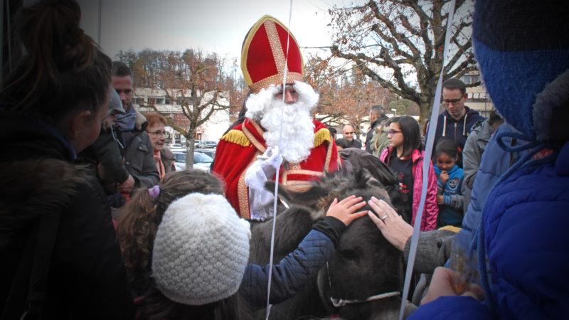 Saint Nicolas et son âne, pour la joie des petits et des grands, dans une école fribourgeoise en 2018 | © Grégory Roth