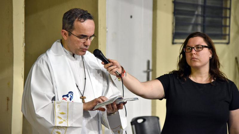 JMJ - Messe au Colegio Europeo Panamá: l'évangile lu par l'abbé Marcelo de Lugano   © Grégory Roth