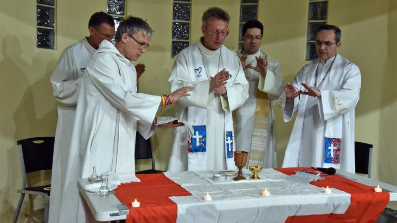 JMJ - Messe au Colegio Europeo Panamá: consécration, présidée par Mgr de Raemy   © Grégory Roth