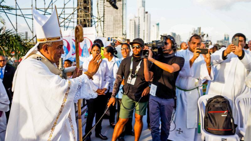 Mgr José Domingo Ulloa, durant la procession de la messe d'ouverture des JMJ | © flickr-Panama2019-Iacob Tunievi