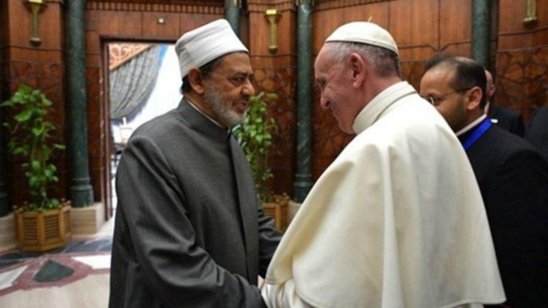"""Le pape François retrouvera Mohamed Al Tayeb à Abou Dabi lors de la """"Rencontre internationale interreligieuse sur la fraternité humaine""""   © Osservatore Romano"""