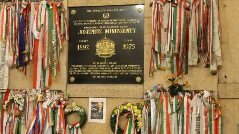 Tombe du cardinal Joszef Mindszenty à Ezstergom   Flickr Espino Family