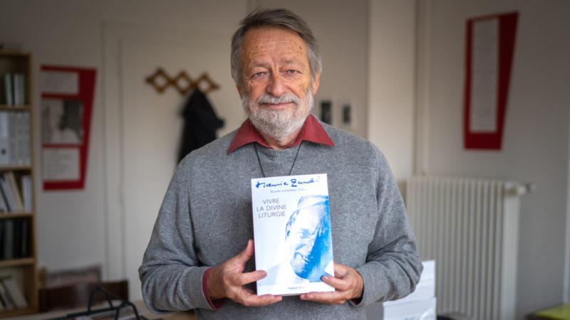 Marc Donzé tient en main le premier tome des œuvres complètes de Maurice Zundel  |© Pierre Pistoletti