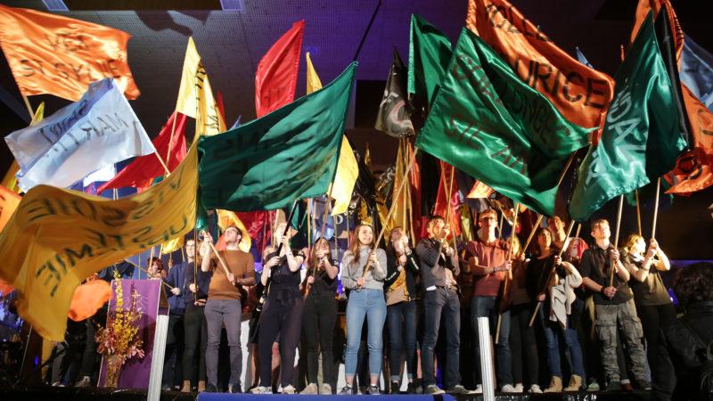Les jeunes avec les drapeaux au nom des paroisses et des diocèses romands. | © B. Hallet