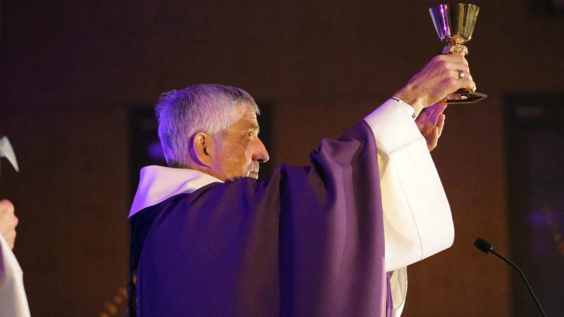 Mgr Lovey a concélébré la grand-messe avec Mgr De Raemy.  | © B. Hallet