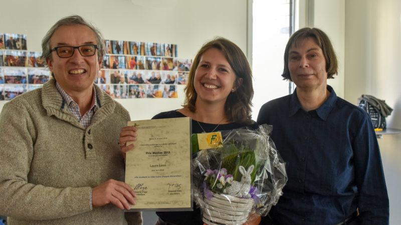 Laura Lose reçoit le prix Médias 2019 des mains du président de l'ASJC Maurice Page, à droite Geneviève de Simone-Cornet, membre du comité   © Christiane Elmer