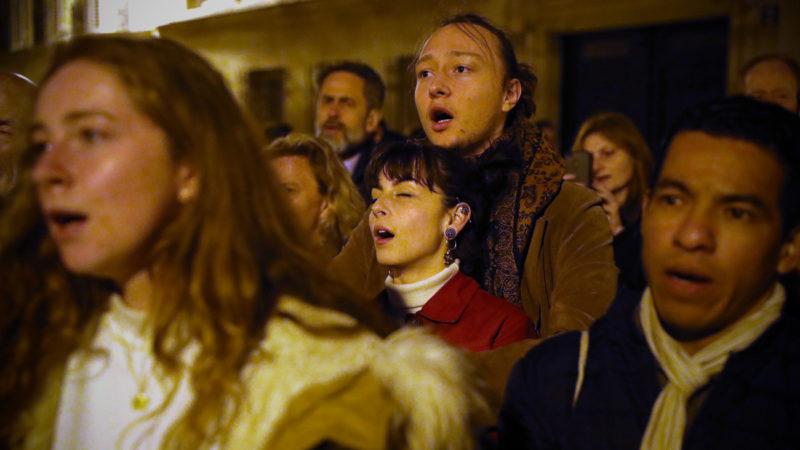 A Paris, des croyants se sont spontanément mobilisés pour prier devant la cathédrale en flamme   © Keystone