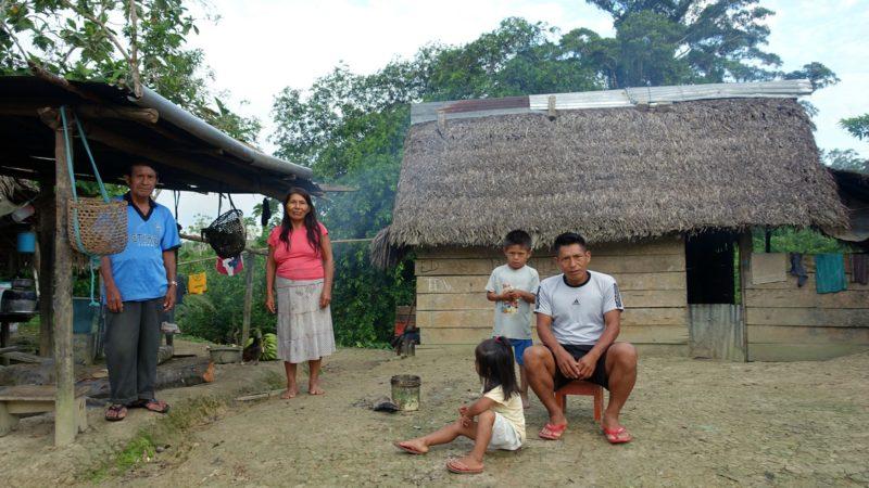 Amazonie Famille d'Indiens devant leur maison | © Jean-Claude Gerez