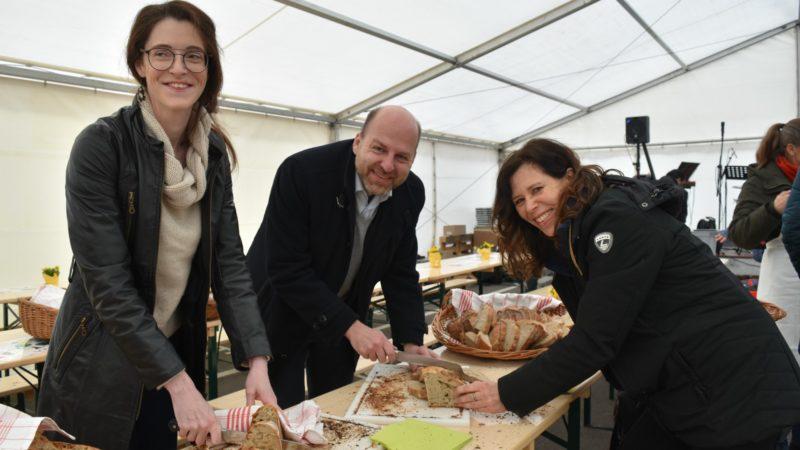 Bernd Nilles, directeur d'Action de Carême, met la main à la pâte pour préparer la soupe du Jubilé des 50 ans de la campagne oecuménique   © Jacques Berset