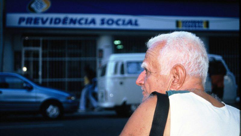 Brésil Retraité devant un bureau de la Sécurité Sociale | © Jean-Claude Gerez