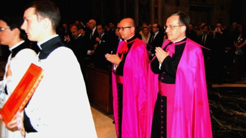 Mgr Patrick Descourtieux (au centre) chargé des discussions avec les traditionalistes | Photo FSSPX