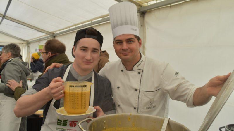 Mirko Buri, le chef cuisinier 'anti-gaspi', a préparé la soupe pour le 50e anniversaire de la campagne oecuménique de carême   © Jacques Berset