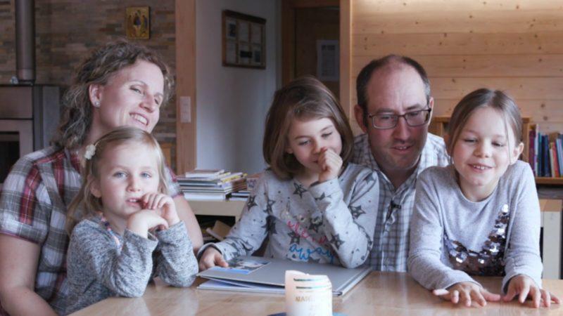 Marie-Joëlle  et Julien Andrey, avec leurs filles Mathilde, Amélie et Sophie, témoignent de la vie familiale à la suite du Christ   © Centre Romand des Vocations/ Lueurs Productions