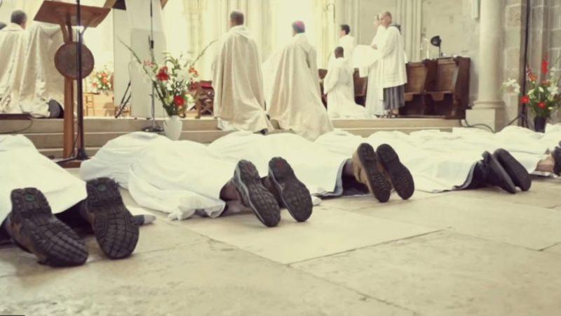Une ordination sacerdotale chez les frères de Saint-Jean | capture d'écran Youtube