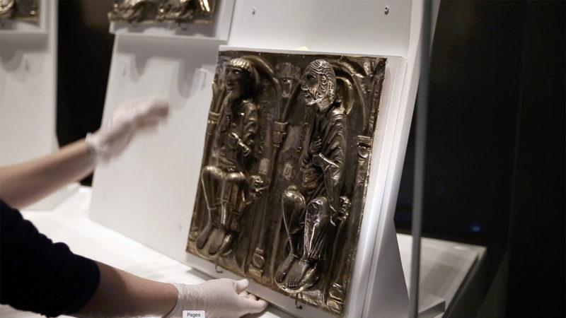 Les apôtres qui ornent la grande châsse du trésor de l'abbaye sont délicatement positionnés dans la vitrine. | © B. Hallet