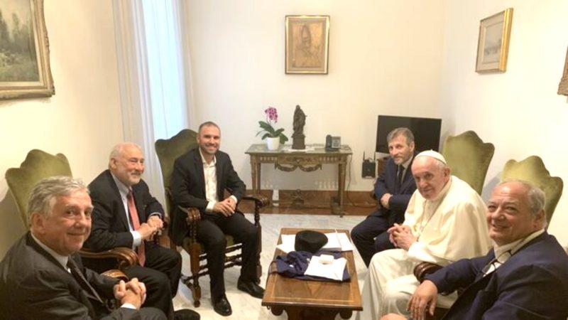 L'économiste américain Joseph Stiglitz (cravate rouge), avec le pape François et les directeurs des Scholas Occurentes   www.scholasoccurrentes.org