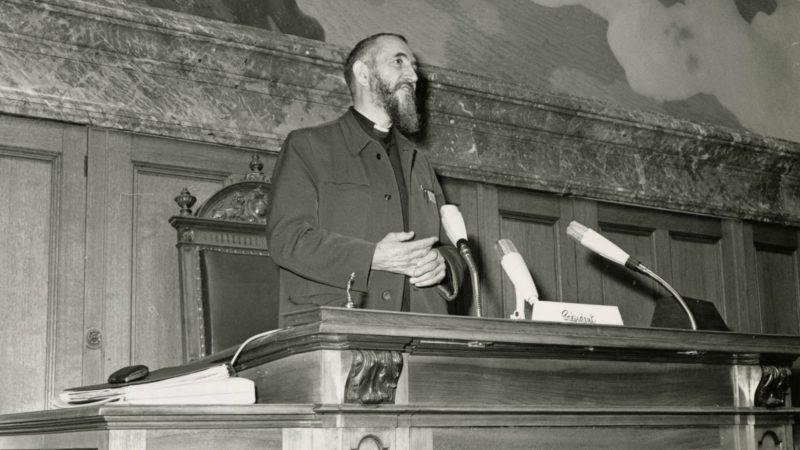 L'Abbé Pierre à la tribune du Conseil national à Berne le 24 mai 1969    ©  emmaus-international Roger Dick