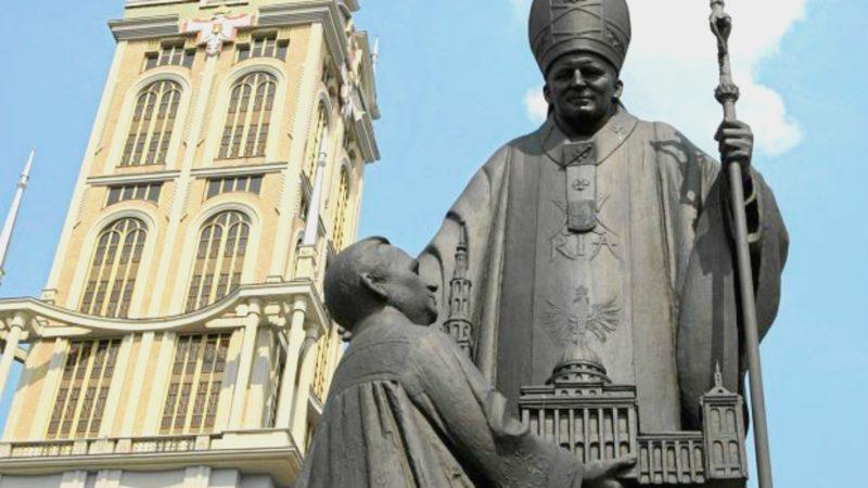 Lichen Monument du pape Jean Paul II en compagnie du Père Eugeniusz Makulski   © wyborcza.pl