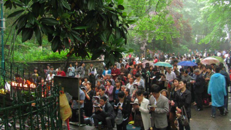 Pèlerins chinois à Notre-Dame de Sheshan, près de Shanghai  | ©  le-gardien.blogspot.com