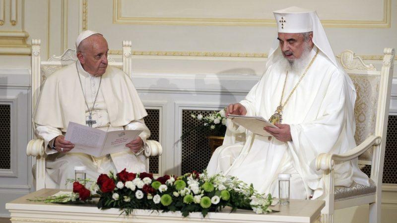 Le pape François est reçu par le patriarche ortohodoxe roumain Daniel à Bucarest   © AP Photo/Andrew Medichini