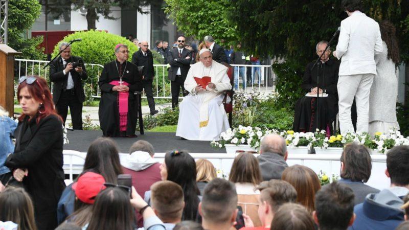 A Skopje, le pape a rencontré des jeunes de diverses confessions   © Keystone
