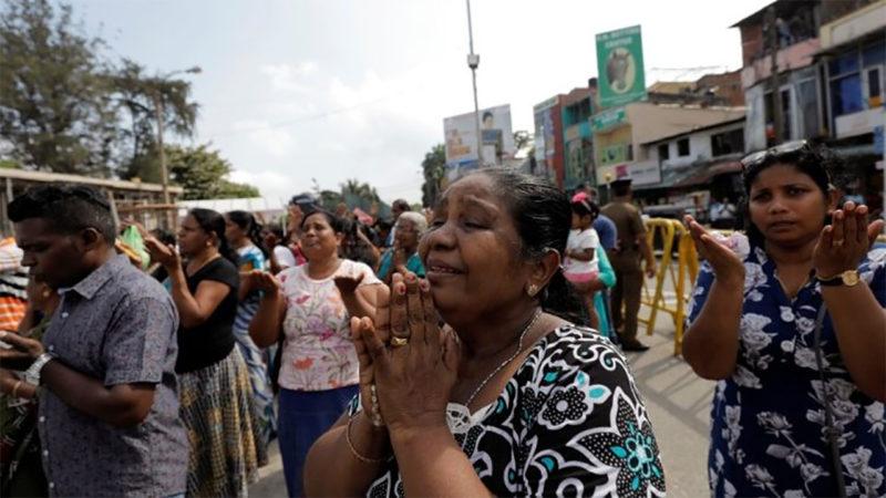 Des fidèles en prière devant l'église Sant'Antonio de Colombo, frappée par les attentats de Pâques, le 21 avril 2019 | © vaticannews.va