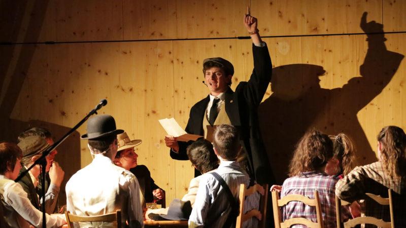 Le spectacle sur Pier Giorgio Frassati, joué par Johan Salgat (debout). | © B. Hallet