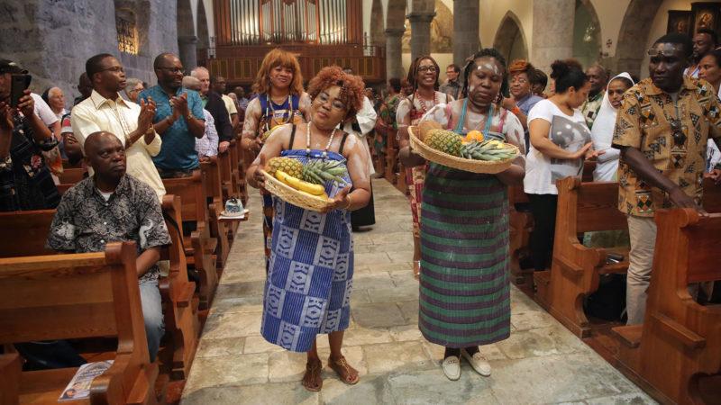 Saint-Maurice le 2 juin 2019. Sur un rythme chaloupé, les femmes du Togo apportent les offrandes à l'autel. | © B. Hallet