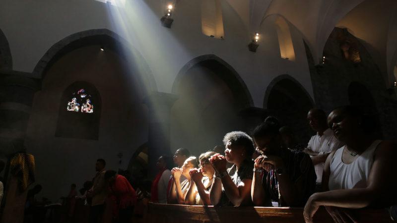 Saint-Maurice le 2 juin 2019. Recueillement lors de la messe du pèlerinage aux Saints d'Afrique. | © B. Hallet
