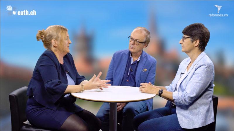 Laurence Mottier, pasteure réformée, et Myriam Stocker, membre du Conseil épiscopal de LGF, avec Michel Kocher, directeur de Médias-pro.