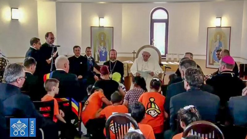 Le pape François dans la petite chapelle des Roms de Blaj, en Roumanie | capture d'écran Vatican media